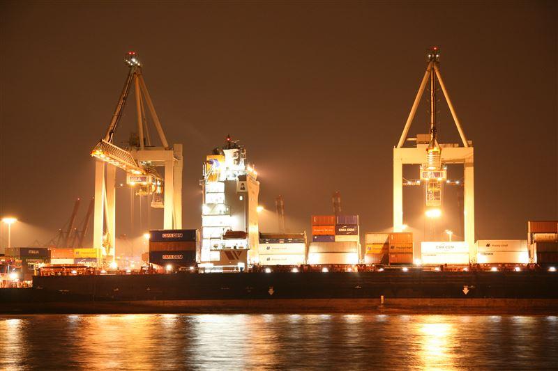 Hapag-Lloyd Container auf Containerschiff - Burchardkai (CTB)