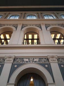 Klassizistischers Gebäude mit vielen Bögen