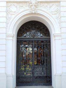 Eingang mit Schmiedeeisen-Tür