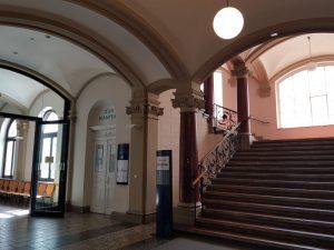 Flur und Eingang zum Cafe/Hof