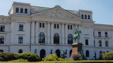 Rathaus Altona mit Reiterstandbild