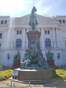 Rathaus und Statue